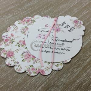 Προσκλητήριο βάπτισης ΦΛΟΡΑΛ ΡΟΖΕΤΑ - Β1917 - <p>Ιδιαίτερο προσκλητήριο βάπτισης για κορίτσι, με τρείς ασύμμετρες ροζέτες σε φλοράλ φόντο.</p>...